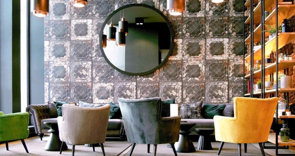 Agencement, décoration et ameublement des services généraux du lobby de l'hôtel Ibis du Mans