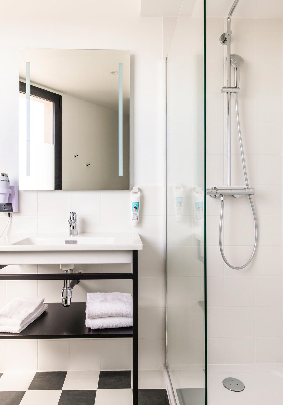 Ameublement et décoration des salles de bain de l'hôtel du Mans