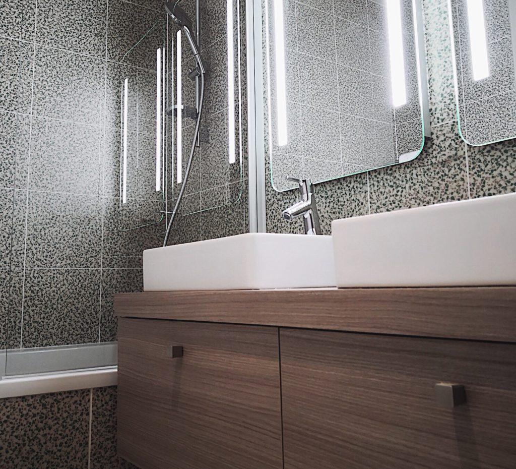 Aménagement salle de bain carrelage vintage et meuble en bois