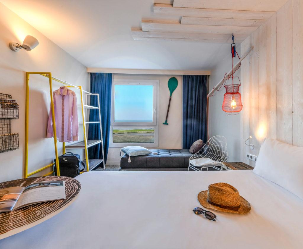Décoration et agencement des chambres sur le thème plage de l'Ibis de Châtelaillon