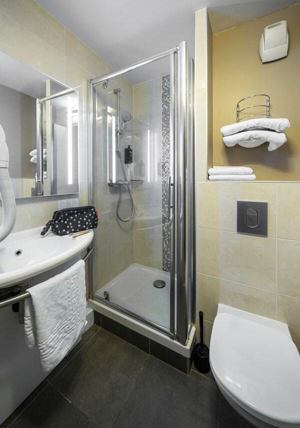 Décoration et ameublement des salles de bain de l'hôtel Ibis Styles de Saint-Brieuc
