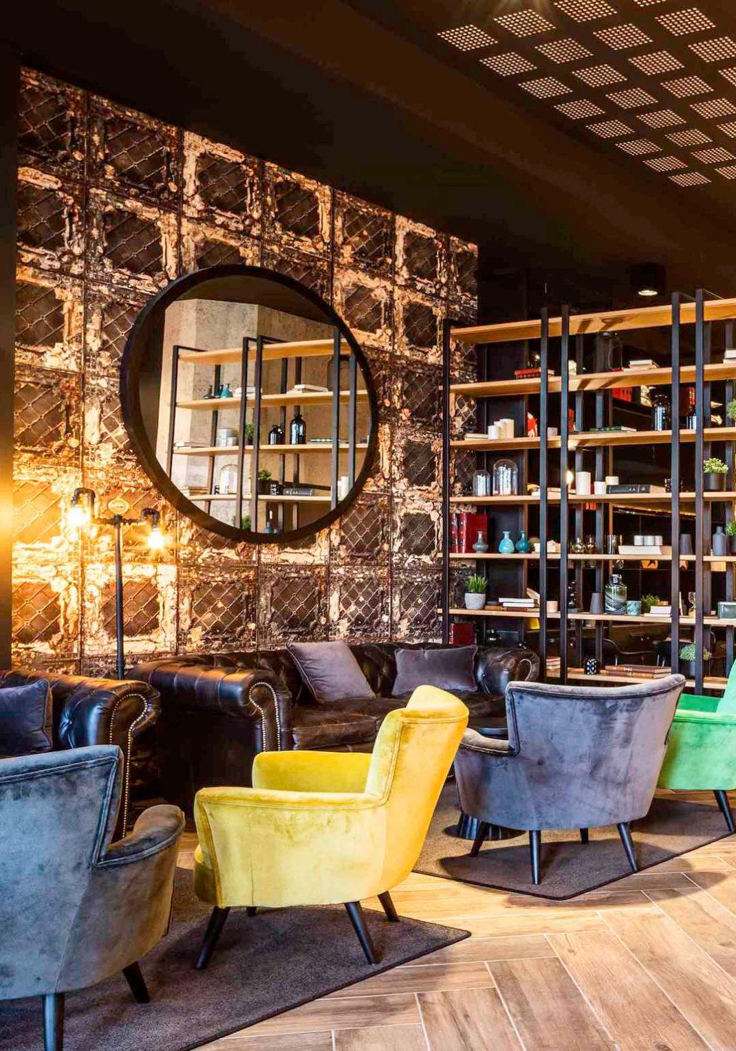 Des fauteuils en velours pour la décoration de l'espace détente
