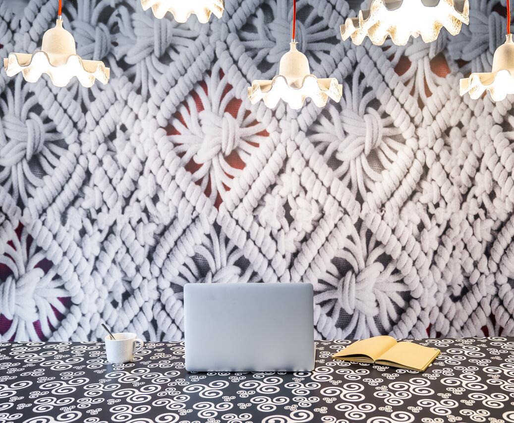 Utilisation de papier peint effet dentelle pour la décoration d'un hôtel en Bretagne