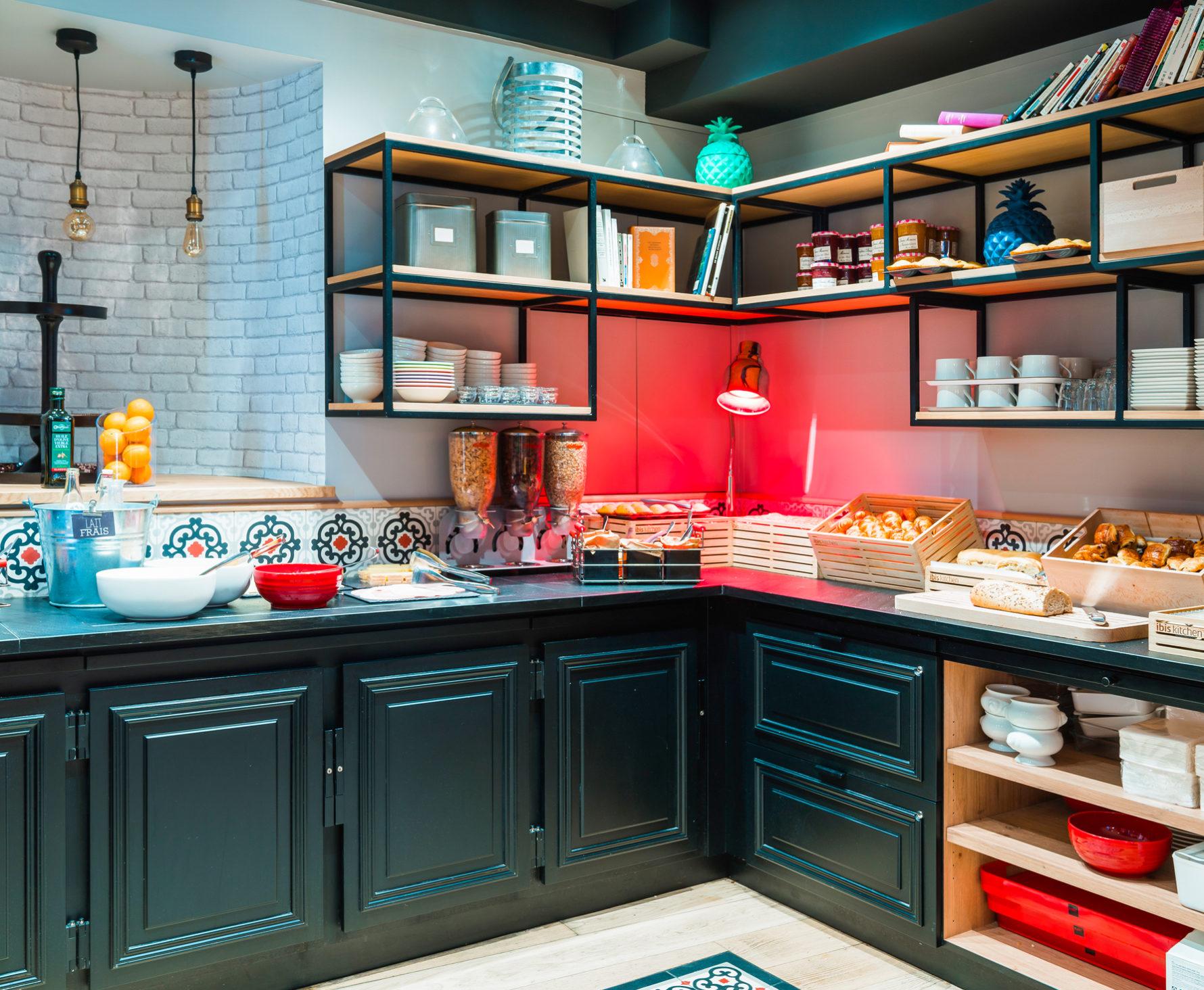Agencement et décoration du buffet petit déjeuner de l'hôtel Ibis Styles de Dinan