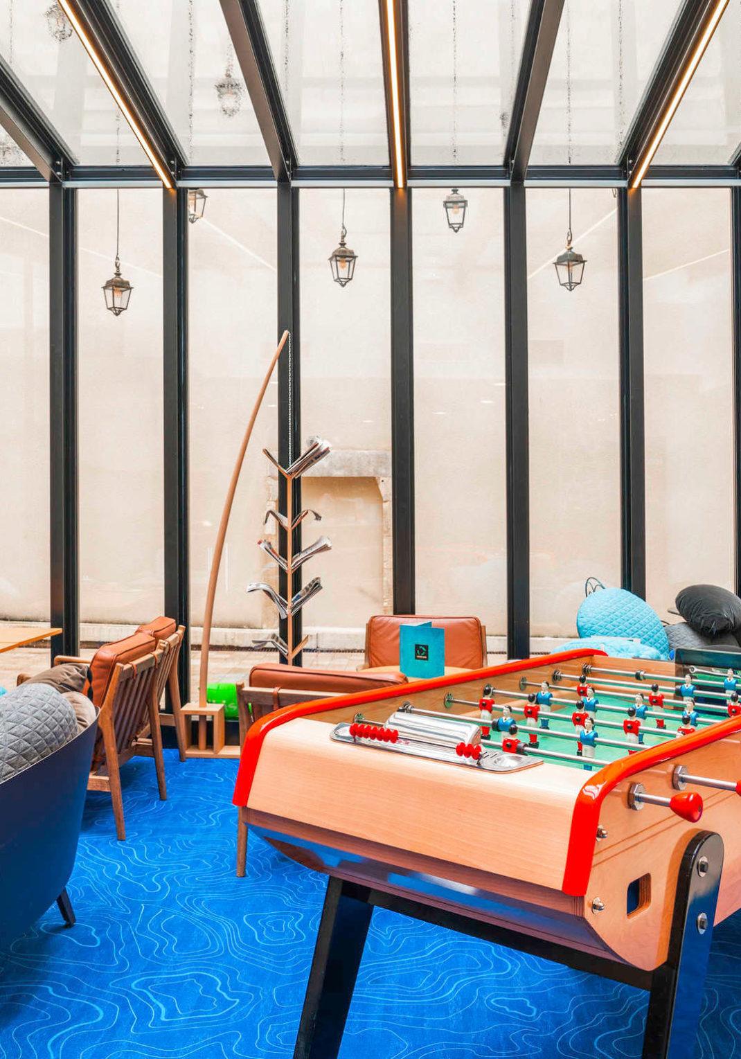 Aménagement de l'espace détente lounge avec un babyfoot