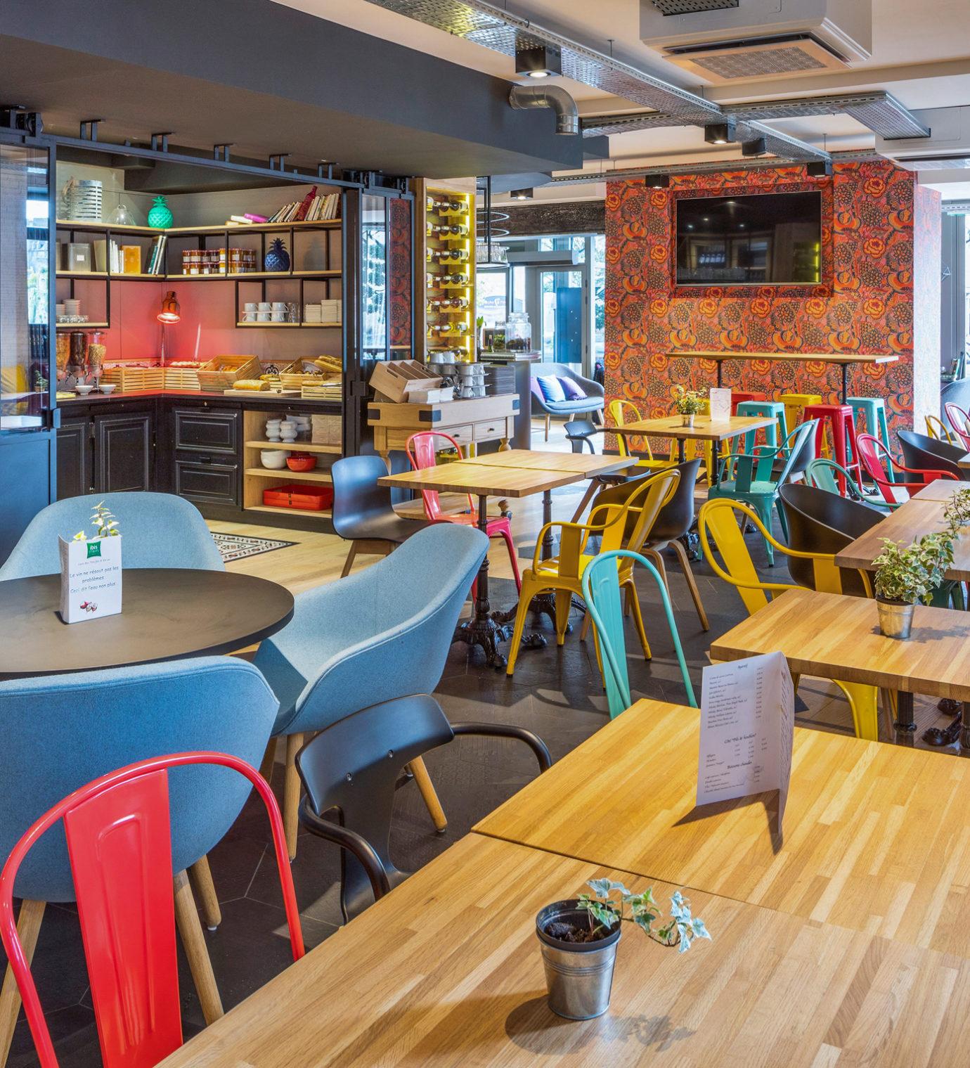 Décoration et agencement de l'espace petit déjeuner de l'hôtel Ibis Styles de Dinan