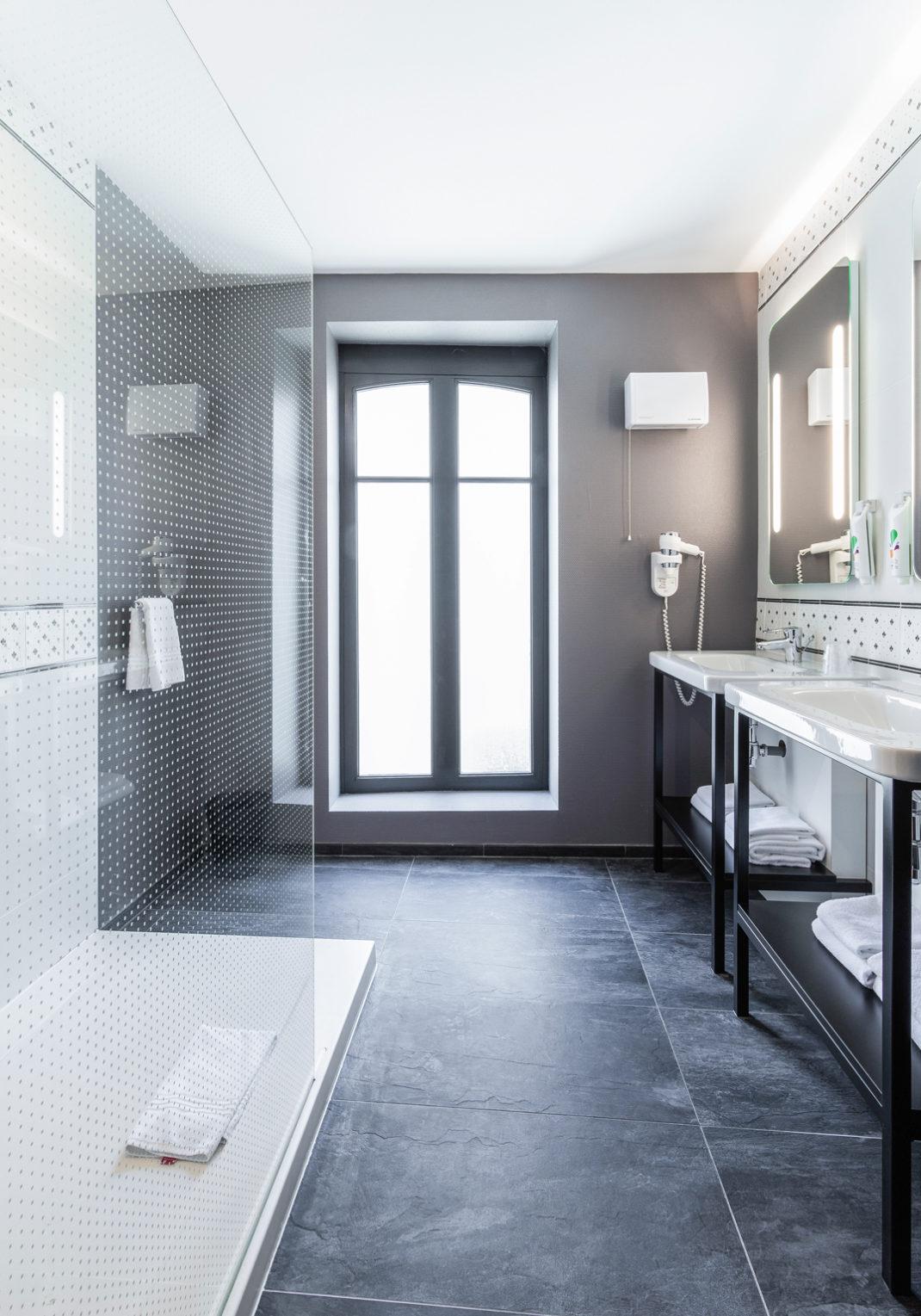 Décoration et rénovation des salles de bain de l'hôtel Ibis Styles de Dinan