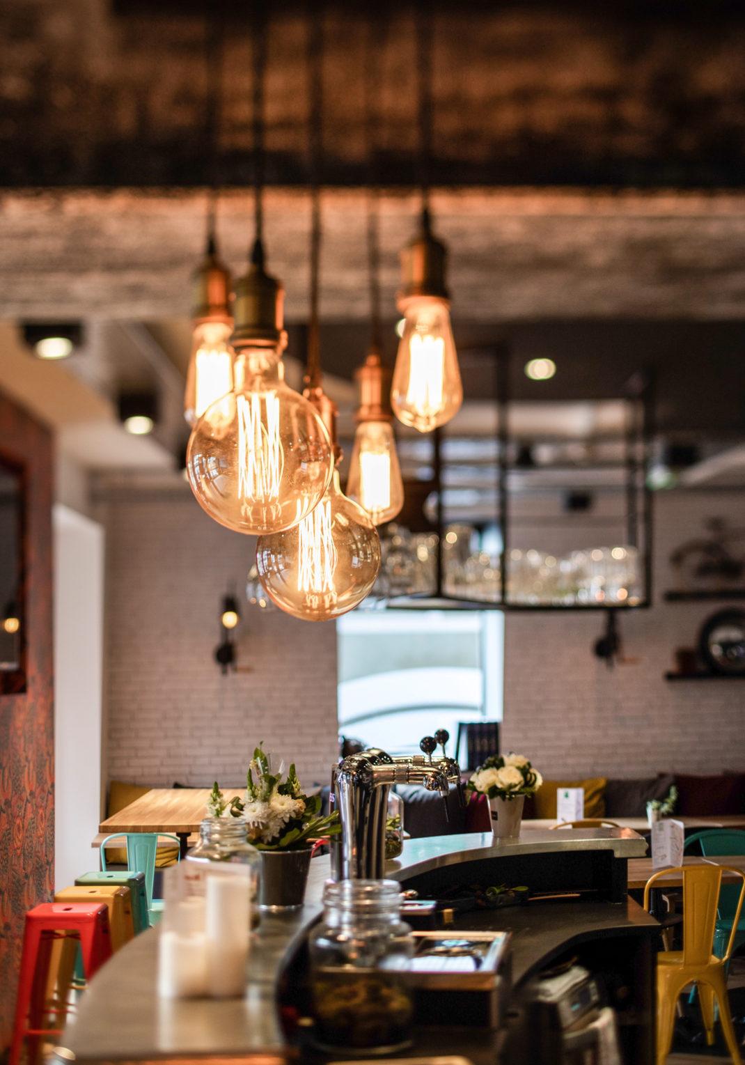 Luminaires industriels pour décorer le bar