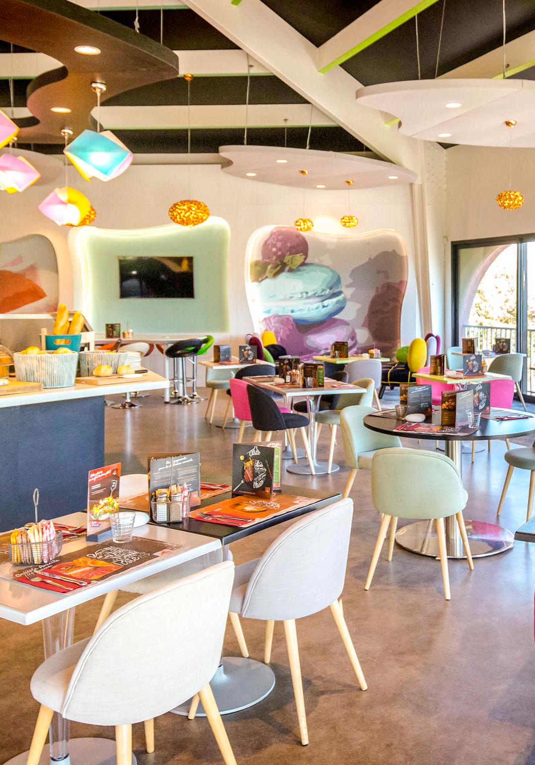 Agencement et décoration de l'espace petit déjeuner de l'hôtel Ibis de Fréjus