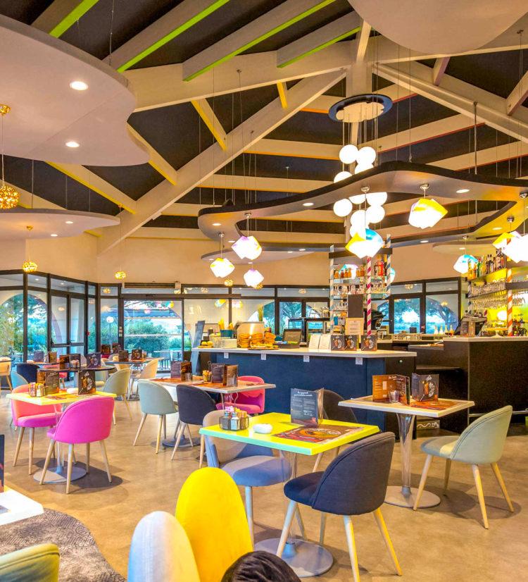 Agencement de l'espace restauration et petit déjeuner de l'hôtel Ibis Styles de Fréjus Saint-Raphael