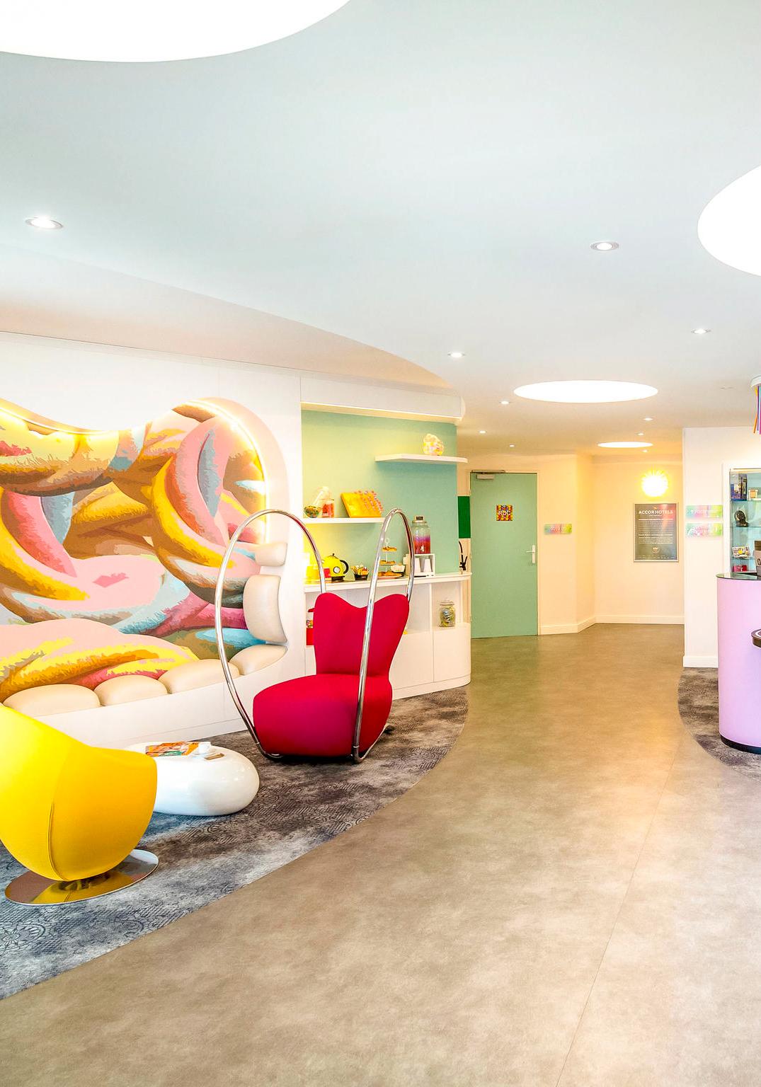Décoration et ameublement du hall d'accueil, réception de l'hôtel Ibis Styles Fréjus
