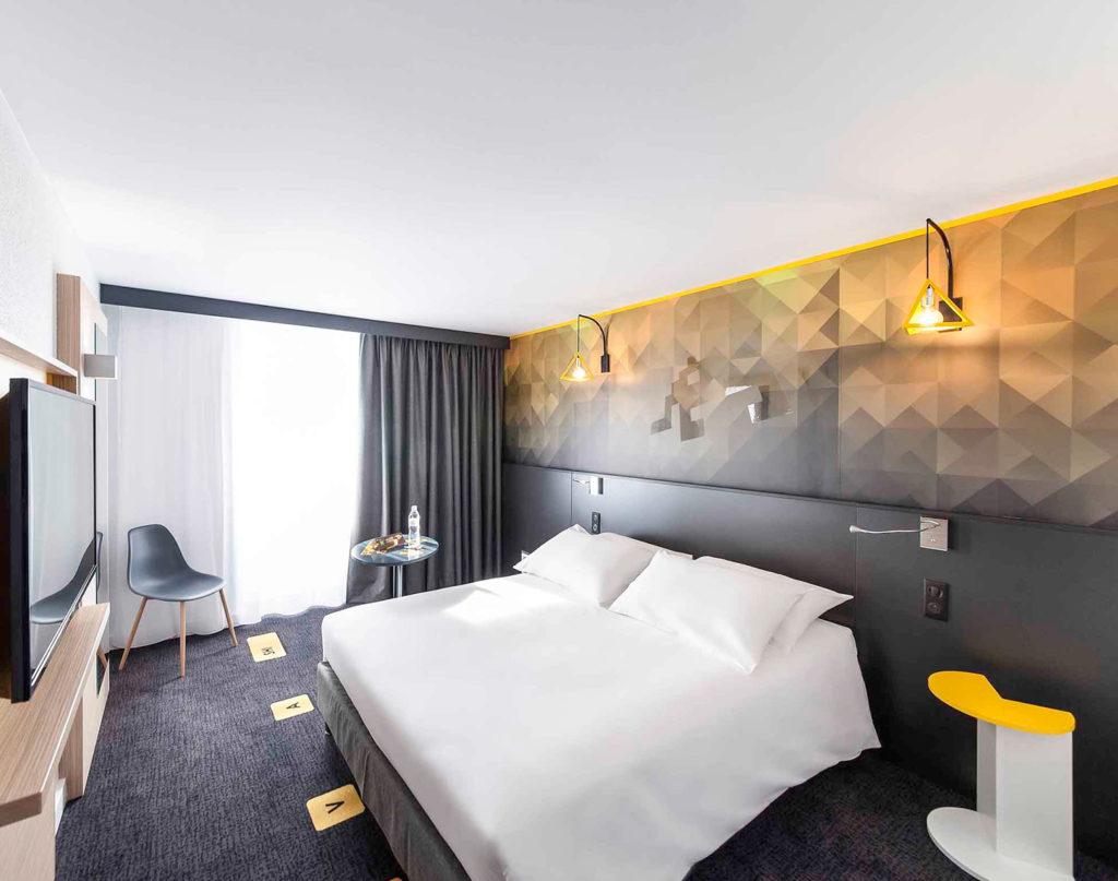 Agencement et décoration d'une chambre d'hôtel sur le thème rétro-gaming