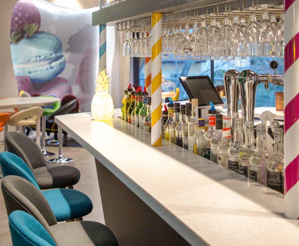 Rénovation et décoration de l'espace bar sur le thème des confiseries