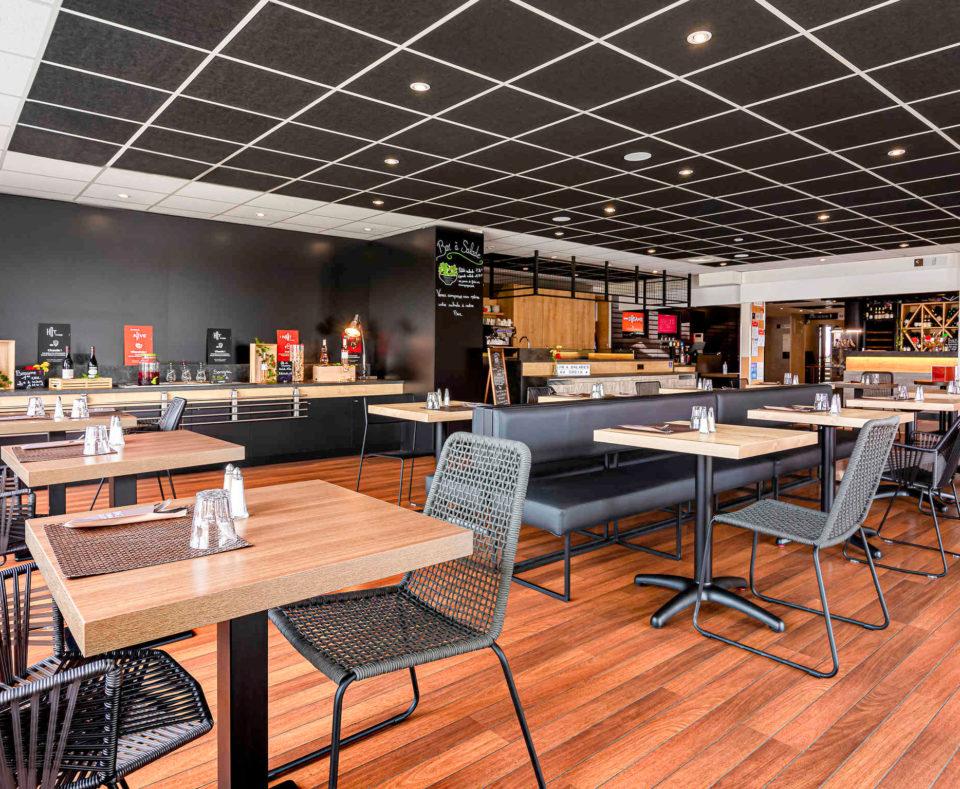 Agencement et décoration de l'espace bar, petit-déjeuner de l'hôtel Ibis de Dijon Sud