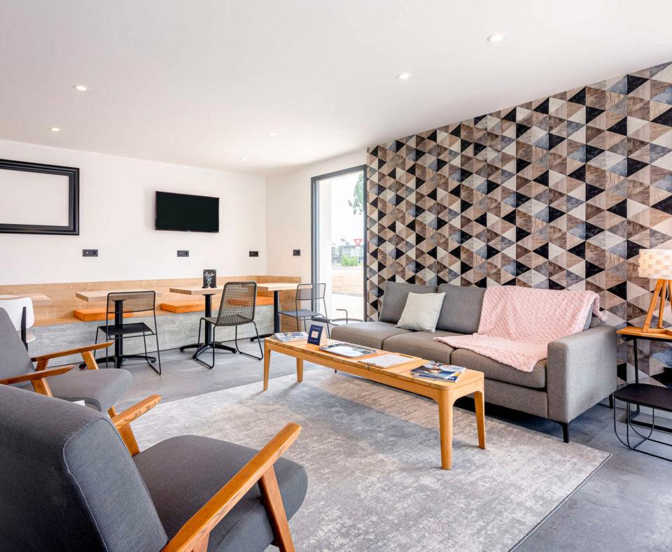 Agencement de l'espace lounge de l'hôtel Ibis de Dijon Sud