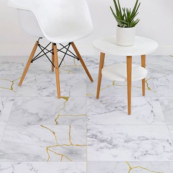 Carrelage en marbre avec jointures en or inspiré du Kintsugi