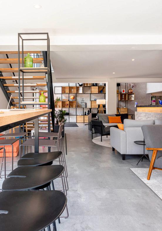 Décoration et agencement du lounge et bar dans un style industriel