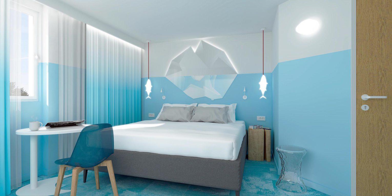 Tête de lit en iceberg et luminaire en forme de poisson congelé