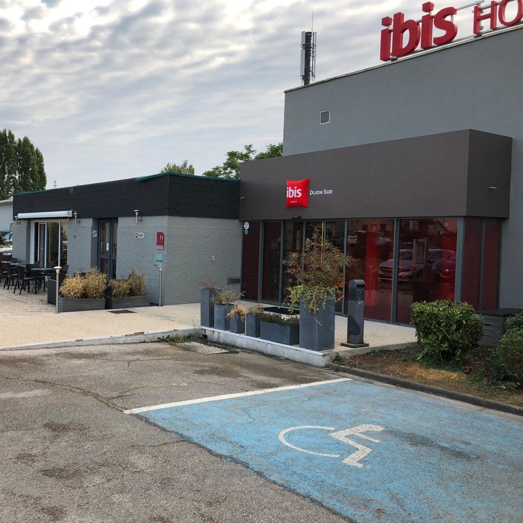 Façade de l'hôtel Ibis Dijon Sud avant rénovation