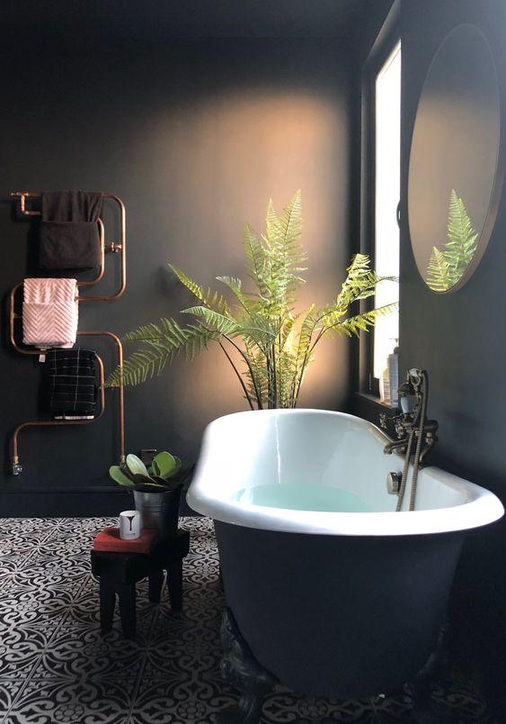La fougères en pot pour décorer une salle de bain derrière une baignoire