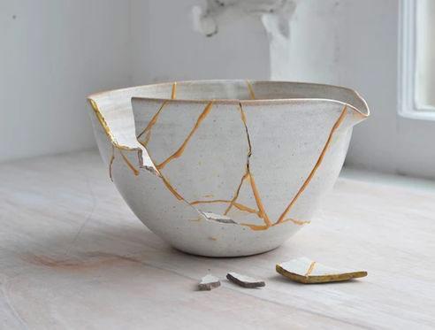 tasse cassée réparée avec l'art du Kintsugi