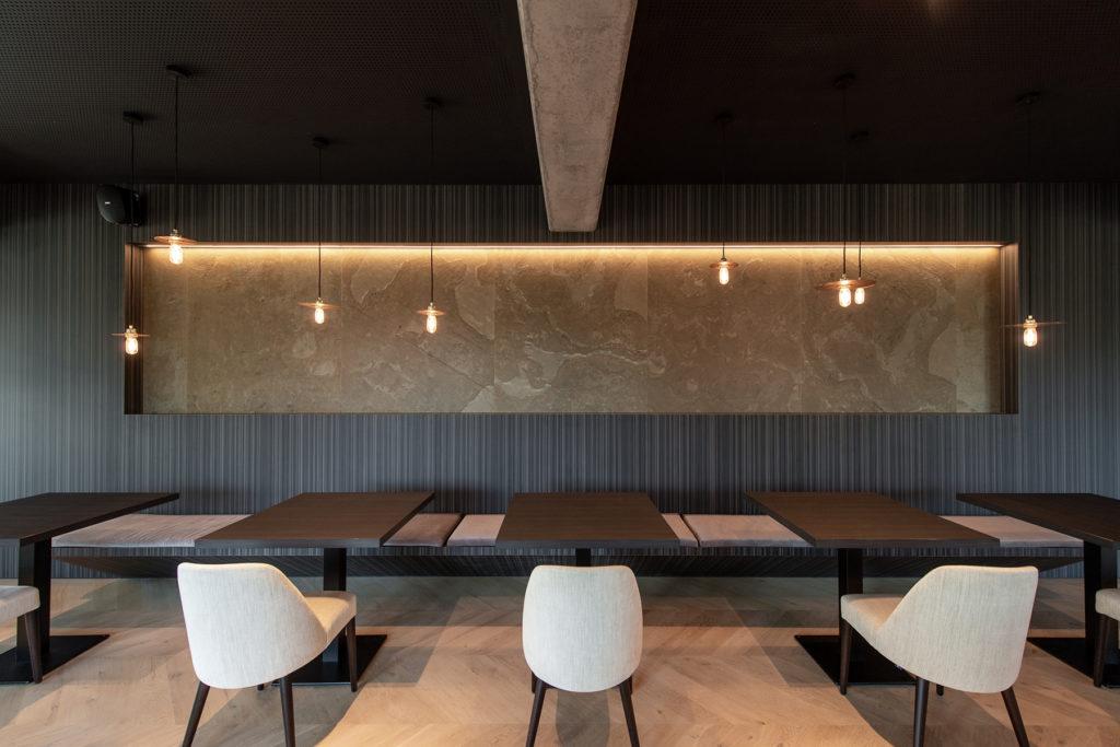 Aménagement d'un restaurant avec de la feuille de pierre sur un mur