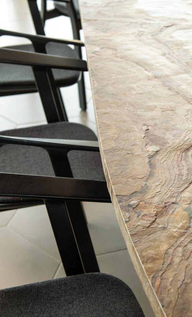 Rénovation et décoration d'une table avec des feuilles de pierre