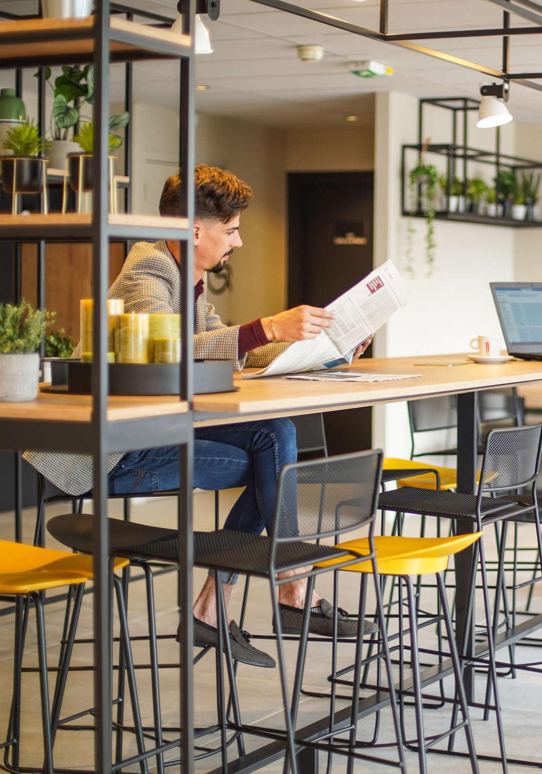 Agencement et décoration de l'espace bar dans un style industriel, concept Plaza