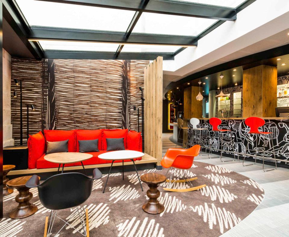 Agencement de l'espace lounge et l'accueil de l'hôtel Ibis à La Rochelle