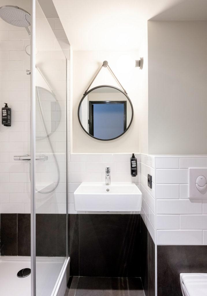 Décoration et agencement des salles de bain sous le concept Plaza de l'hôtel Ibis de La Rochelle