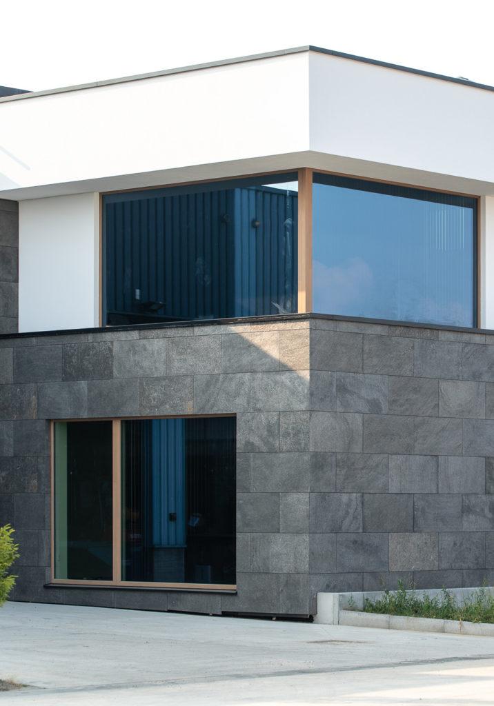 Habillage de la façade extérieure avec de la feuille de pierre