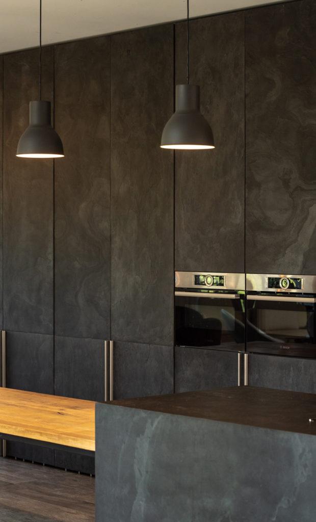 Pose de feuille de pierre sur mobilier et meuble de cuisine