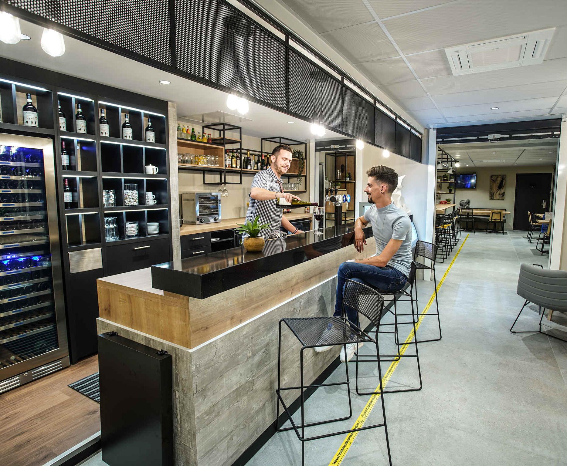 Rénovation et décoration de l'espace bar de l'hôtel Ibis Tours Giraudeau dans un style industriel