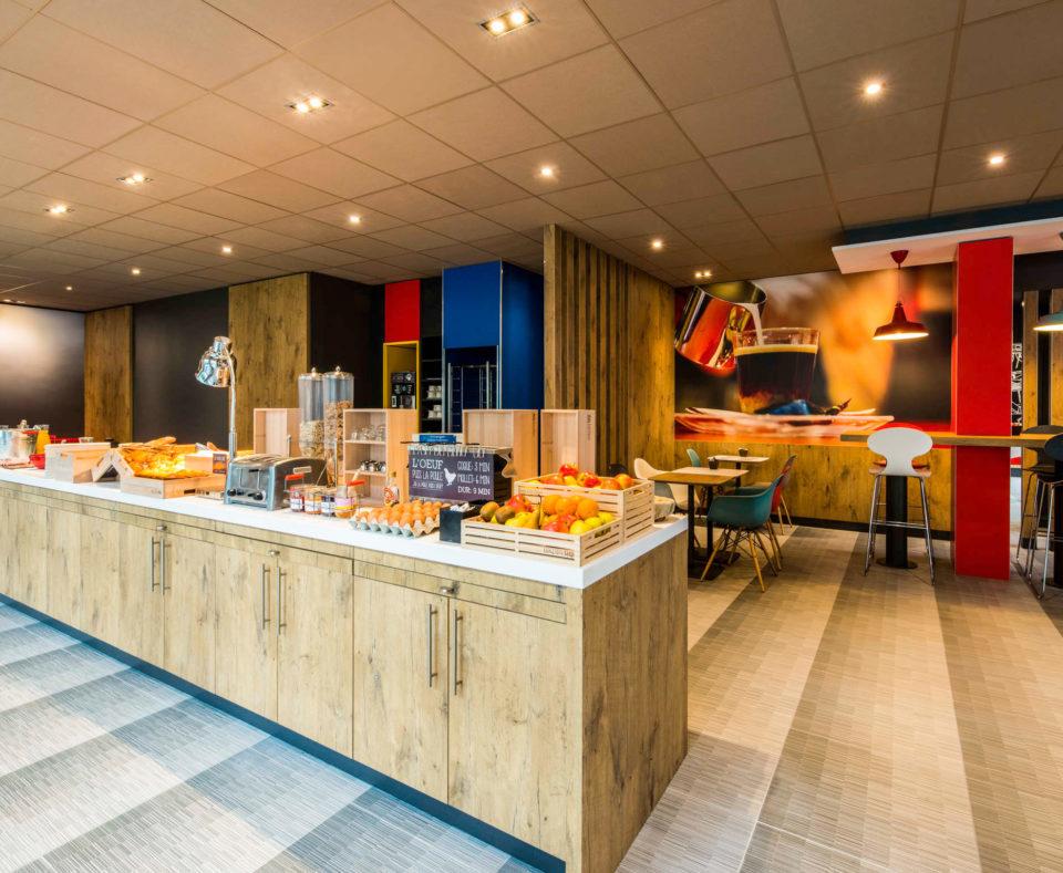 Rénovation et décoration de l'espace petit déjeuner de l'hôtel Ibis rouge de La Rochelle