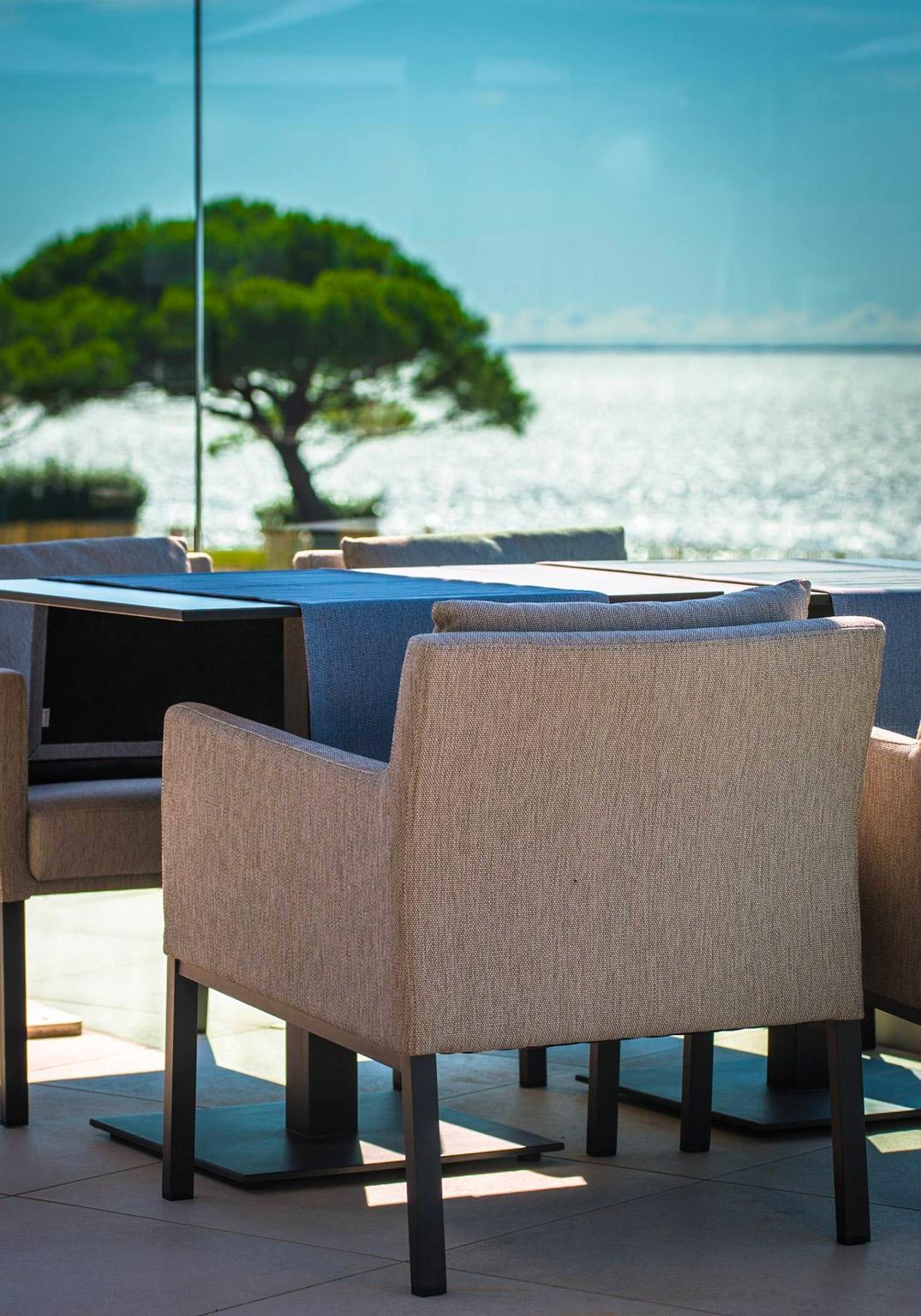 Agencement, aménagement de la terrasse du bord de mer du restaurant Gaya