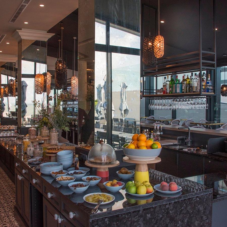 Agencement et aménagement du buffet au bar du restaurant Gaya