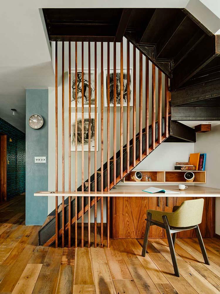 Idées décoration pour aménager un bureau sous un escalier