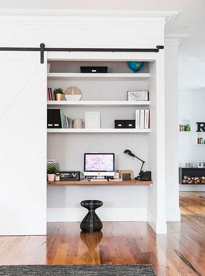 Un bureau chez soi caché dans un placard
