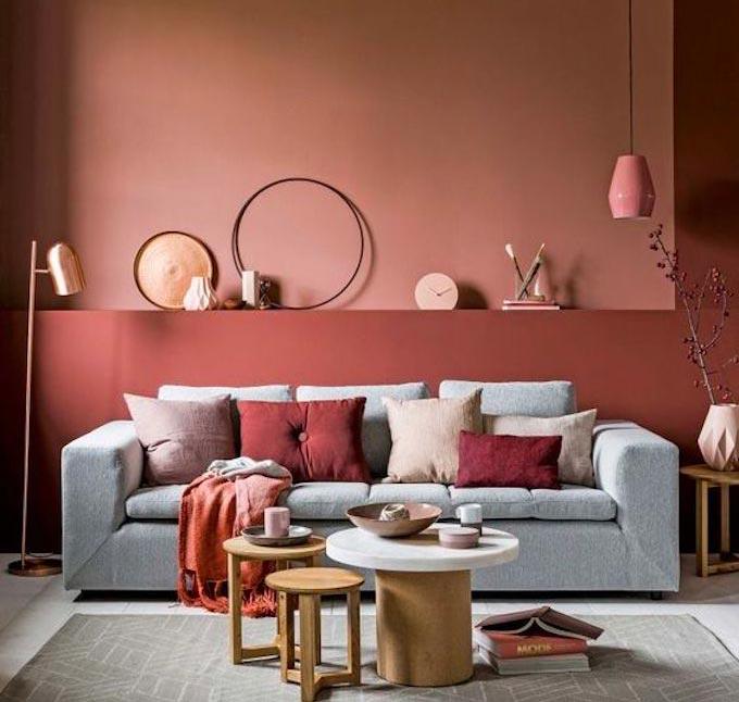 La couleur terracotta pour habiller le mur du salon