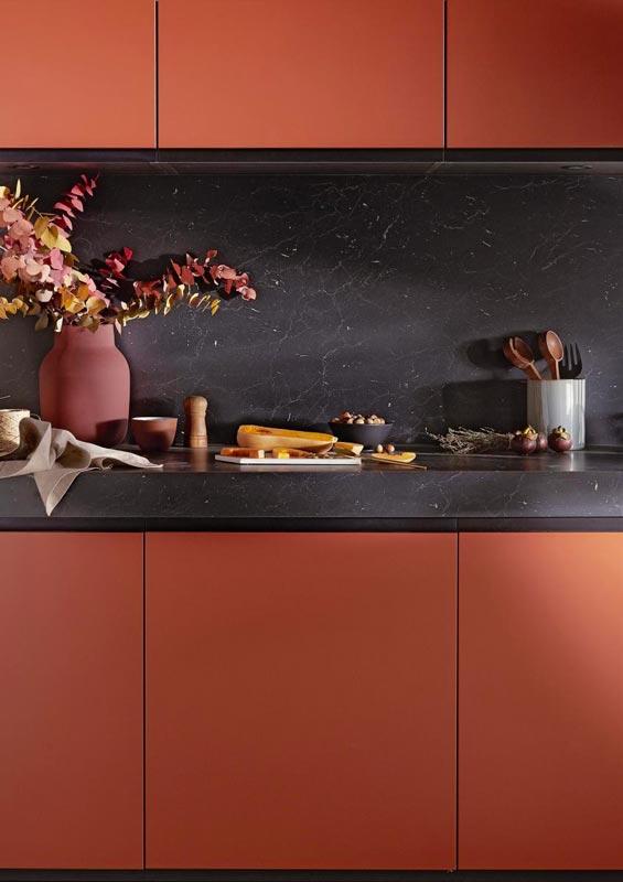 Meuble de cuisine terracotta et plan de travail noir