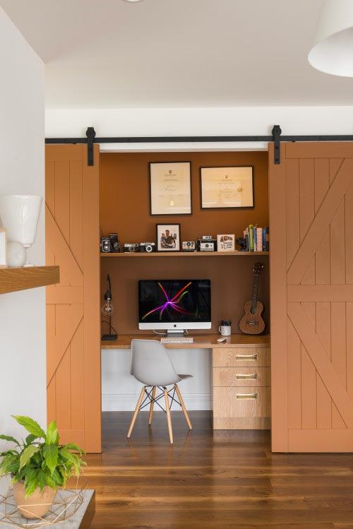 Décorer un bureau en home office derrière des portes