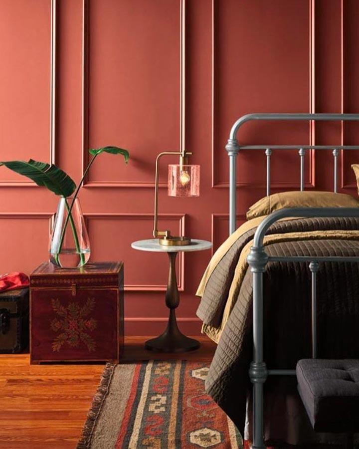 Décoration de chambre avec mur de couleur terracotta