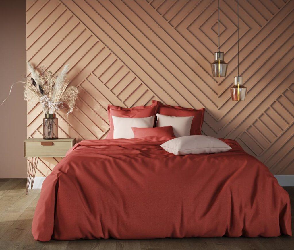 Du linge de lit terracotta avec une tête de lit rose blush