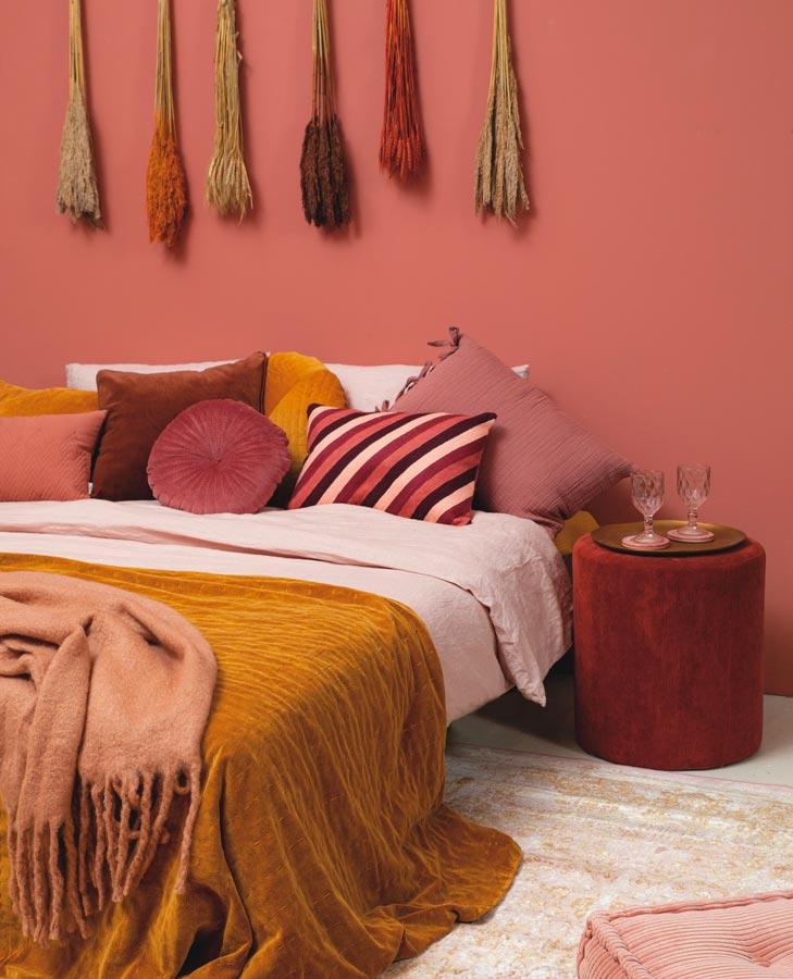 Une chambre de couleur terracotta avec fleurs séchées