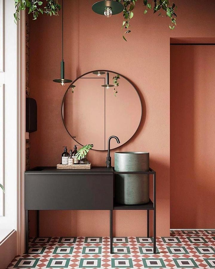 Mur de salle de bain terracotta avec mobilier noir