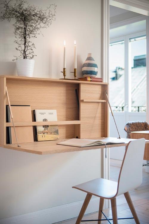 Un petit bureau suspendu rabbatable