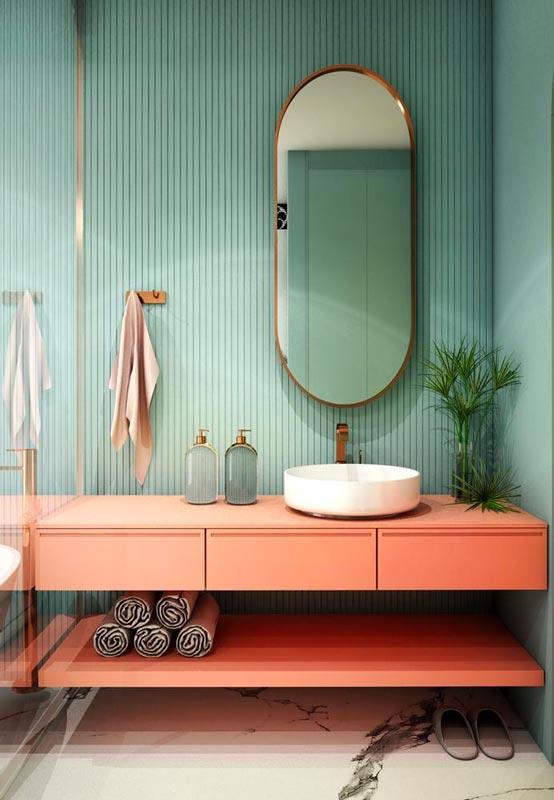 Une salle de bain vert sauge et du mobilier terracotta