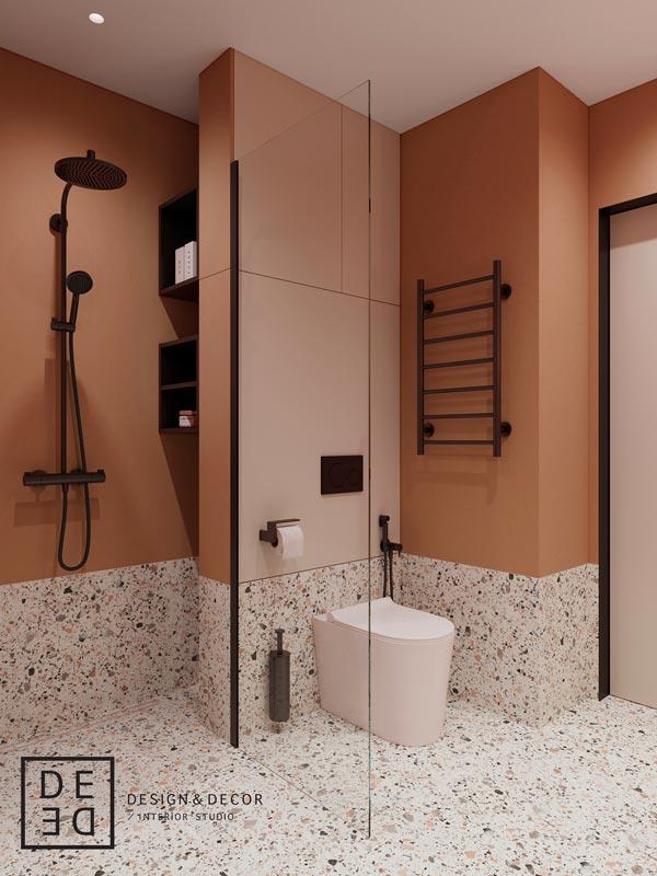 Mur de salle de douche terracotta avec du carrelage moucheté
