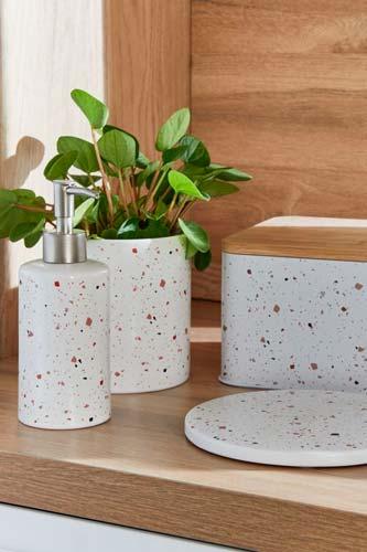 Accessoires de cuisine et de salle de bain en terrazzo blanc moucheté de rouge