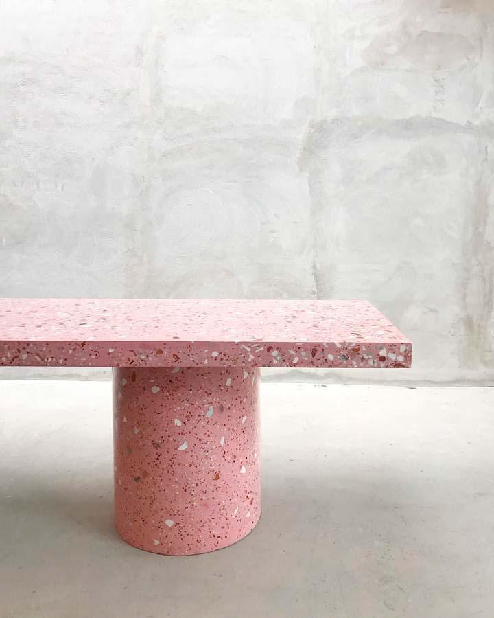 Banc en terrazzo rose moucheté de blanc et rouge